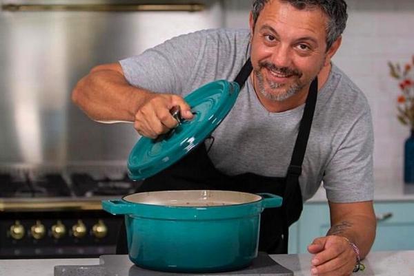 Chef Sorin Bontea gătește pui cu legume la cuptor în cratița din fontă emailată
